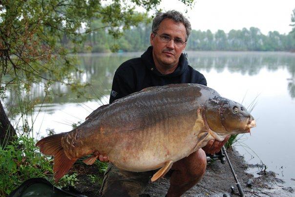 Rikard Bengtsson med en fin karp från Frankrike
