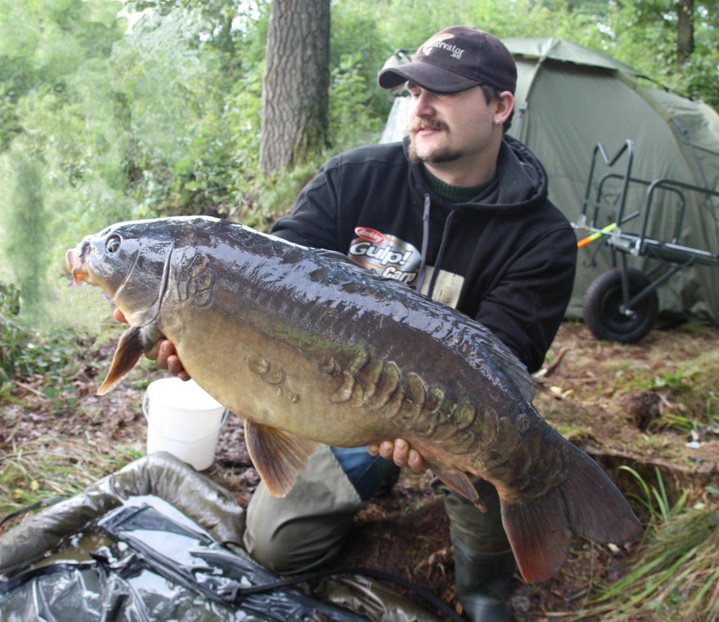 Fiskkonservator Lubbe med en fin karp