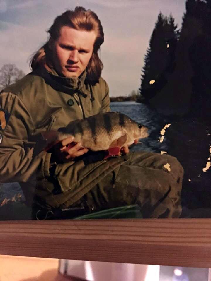 Mikael Svensson i unga år med en abborre
