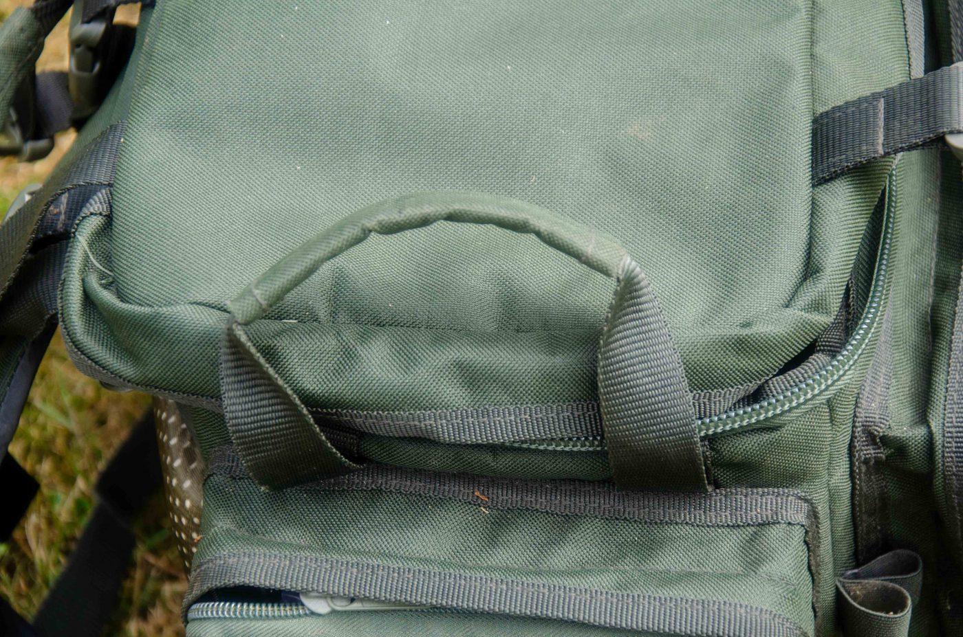 Ett bärhandtag på vardera sida av väskan, så det är enkelt att bära och flytta på den utan att behöva hålla i axelbanden.
