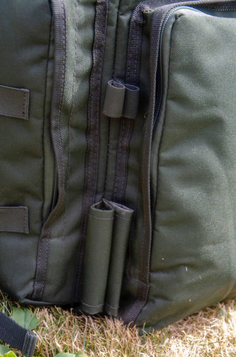 4 sydda fack för banksticks och även elastiska band på sidofacket som kan hålla banksticks.