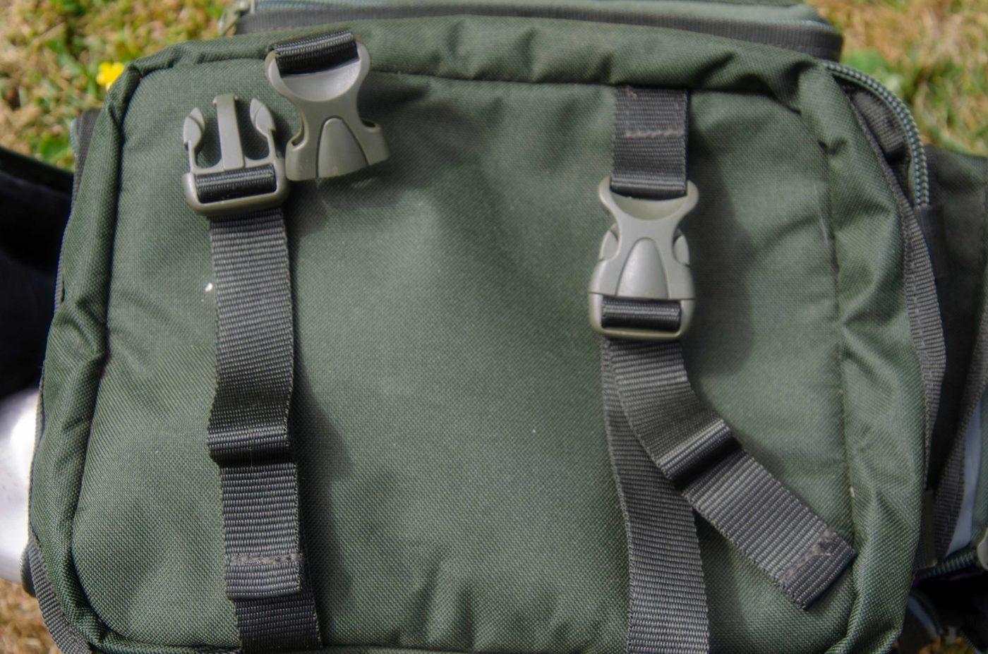 Två stycken fästremmar på ovansidan av väskan för t.ex. avkrokningsmatta och jacka.