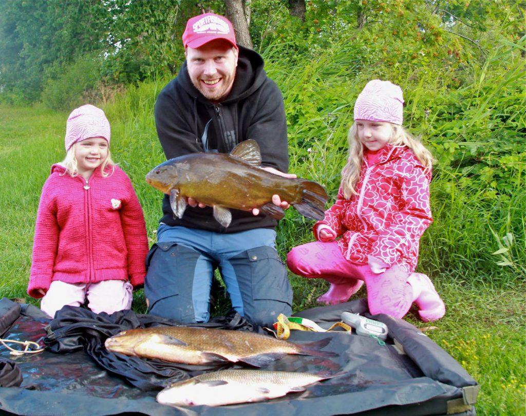 Olof Engstedt med en fin fångst ihop med sina barn