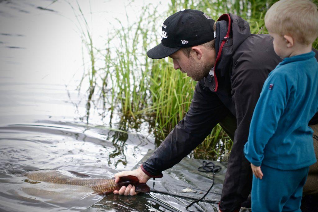 Jerker Vinterstare med sin grabb när de släpper tillbaka en fin fisk