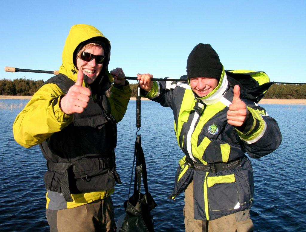 Rasmus Ljungqvist och Tobias Fränstam med en fin fisk i vågsäcken