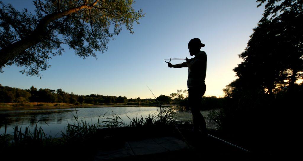 Rasmus Ljungqvist skjuter ut mäsk på sin plats med hjälp av en slangbella