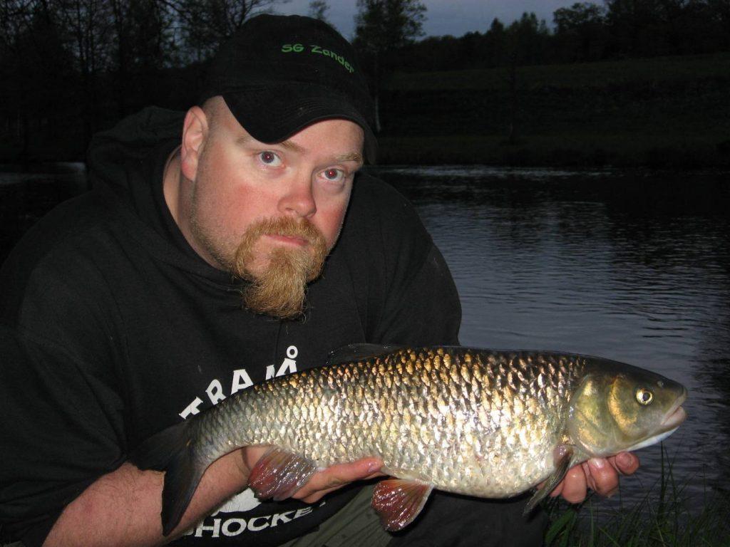 Dan Pettersson med en fin färna från Svartån i mörkret.