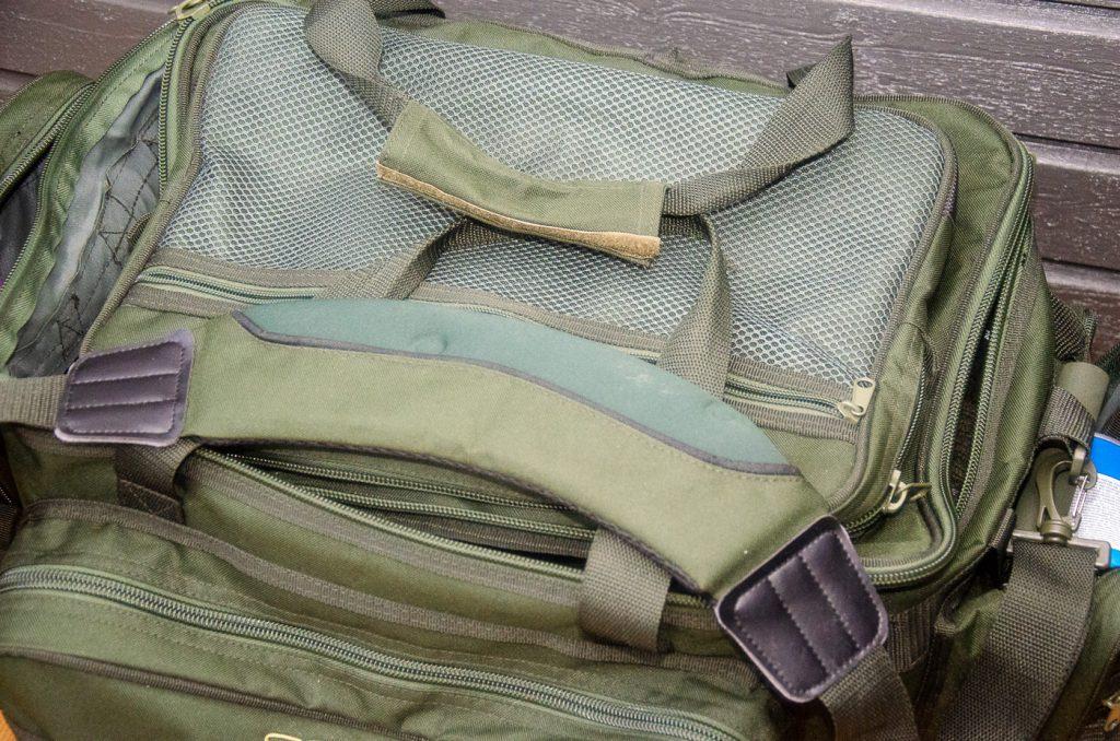 Rejäl axelrem på Sabers stora väska.