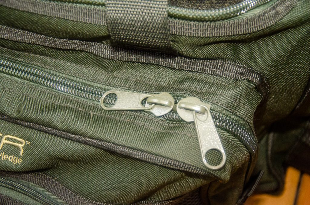 Rejäla dragkedjor på Saber Tackle - Supra Large Carryall