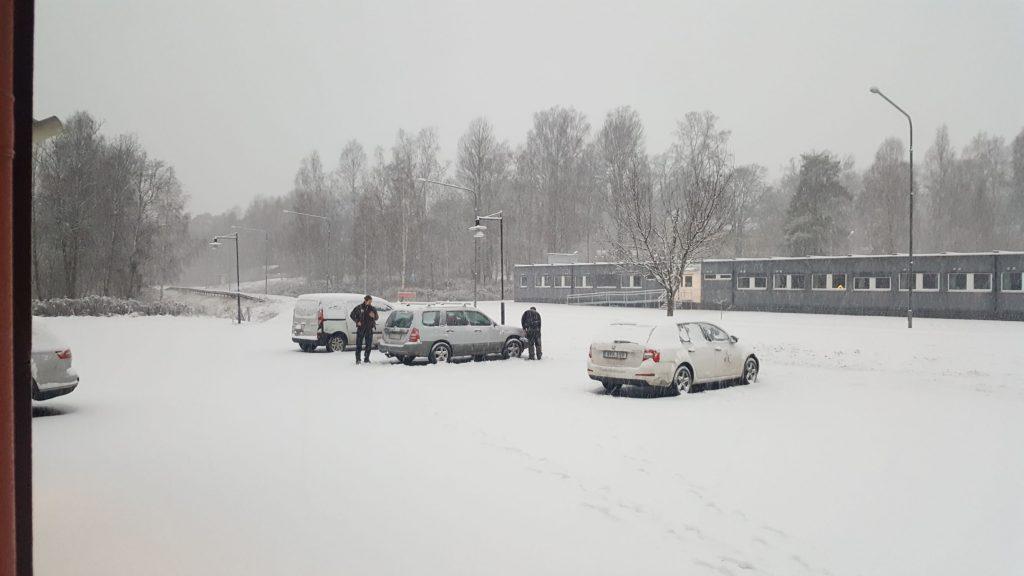 på väg hem i snön