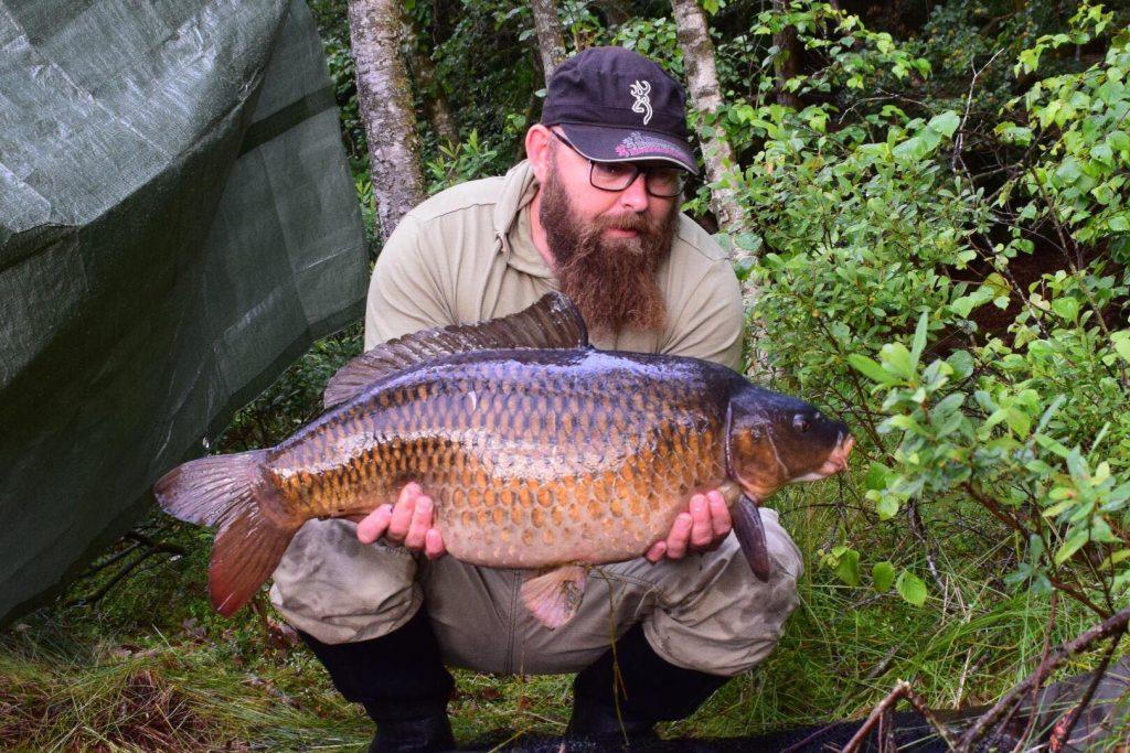 Fredrik Andersson med en fin fjällis från ett okänt vatten.