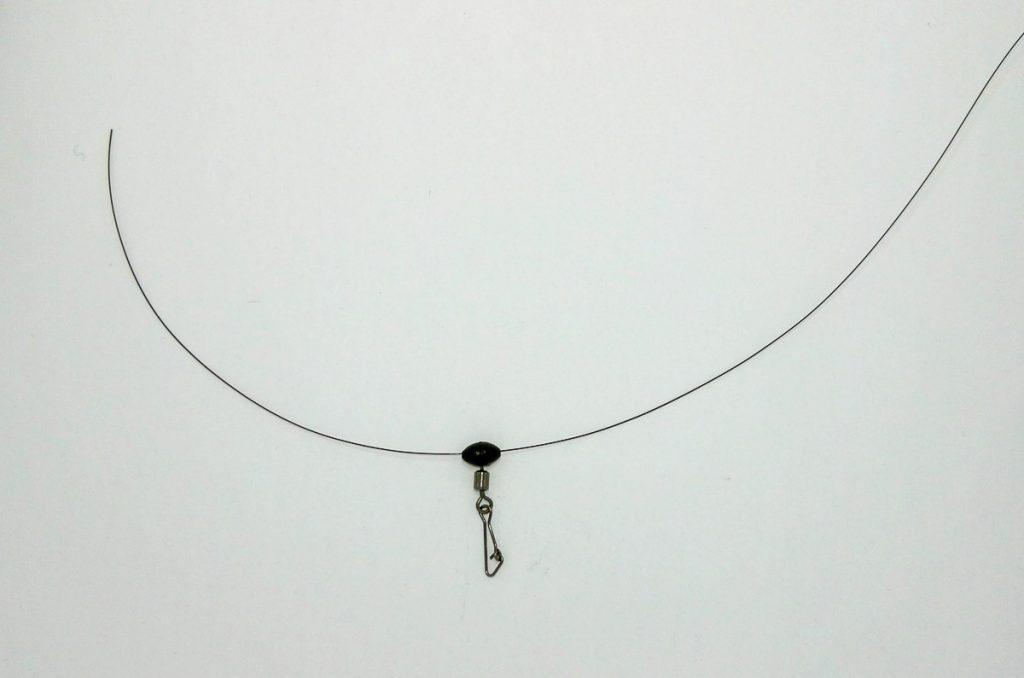 Börja med att trä på en glidande pärla till ditt glidande tackel till bottenmete efter färna.