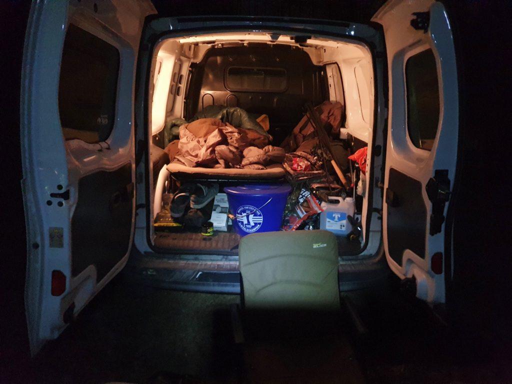 Tombas säng i bilen